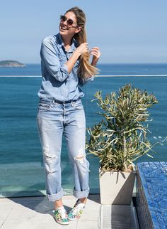 Arremate o look jeans com jeans usando tênis estampado.