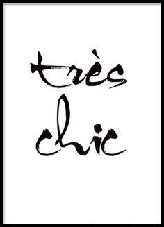 Svartvit texttavla med franskt citat, tres chic.
