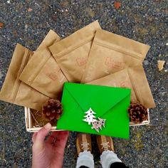 Zimní výběr sypaných čajů na zimu / Vánoce 2019 v dárkovém balení s vánočními dekoracemi. Originální vánoční dárek ručně balený chráněnou dílnou. Origami, Napkins, Gift Wrapping, Tableware, Gifts, Gift Wrapping Paper, Dinnerware, Presents, Towels