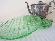 Am still kicking myself for not buying the green cake plate I saw when antiquing with Mom during Christmas vacation. Vintage Love, Vintage Green, Cheap Quotes, Vintage Cake Plates, Cake Platter, Green Cake, Glass Cakes, Plate Stands, Traditional Decor