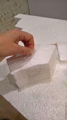 Давно хотела рассказать и показать, как сделать полые фигуры из массы папье-маше, не используя пластилин для основы. Нам потребуются: - пенопласт; - эскиз; - канцелярский нож; - зубочистки (для соединения деталей); - фольга; - фен строительный; - масса папье-маше (я делаю из стиропорового клея и туалетной бумаги); - вата; - акриловая белая краска; - наждачная бумага. Важно!