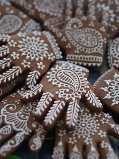 Henna cookies are a creative touch to your Eid party! Our Cookies boxes come in an array of colors and designs Perfect for your Indian wedding, Mehndi favor, Eid party favor, Diwali party favors, and more! Indian Wedding Gifts, Big Fat Indian Wedding, Desi Wedding, Wedding Ideas, Wedding Mehndi, Wedding Favours Asian, Indian Weddings, Henna Wedding Cake, Wedding Ceremony