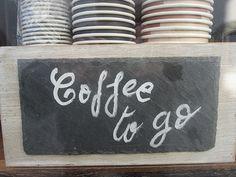 """Wir leben in entspannten Zeiten. Alles gibt es zum Mitnehmen. Kürzlich habe ich vor einer Metzgerei ein Schild mit """"Leberkäs` to go"""" gelesen. … Schade, dass ich mal keine Kamera dabei hatte. Trotzdem genehmigte ich mir dann flugs einen Kaffee to go."""