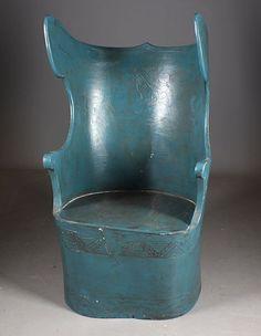 Stor kubbestol 18/1900 tallet med utskjæringer, sekundær blåmaling og sete. H: 126 cm. Rep. Prisantydning: ( 800 - 1200) Solgt for: 500