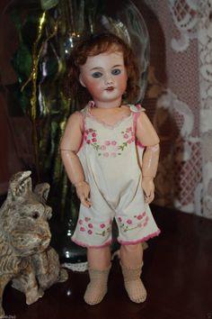 http://www.ebay.fr/itm/Rare-belle-poupee-BLEUETTE-sfbj-301-taille-1-27cm-/111375499733?