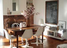 table vintage, chaises pivotantes et cheminée cuivre