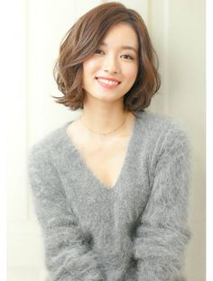 korean hair trends 2020 Long pixie If you're trying to find a classy cut that emphasizes your V-line (jawline), this short korean hairstyle should do the Korean Hair Dye, Korean Hair Color, Korean Short Hair, Short Hair With Bangs, Short Hair Cuts, Hair Bangs, Korean Bob, Black Korean, Short Hair Styles For Round Faces