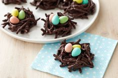 Chocolate Nests ♥ Adorable for Easter!Recipe from Kraft Canada. I wouldn't use chow mein noodles, but substitute with Original cereal instead! Easter Snacks, Easter Treats, Easter Recipes, Dessert Recipes, Desserts, Chocolate Nests, Bakers Chocolate, Best Chocolate Chip Cookie, Easter Chocolate