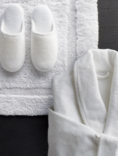 For a skin-pampering indulgence that rivals a day at the spa, wrap yourself in our ultra-soft robe and cozy slippers. Robe features a plush 280 gsm in luxuriously absorbent Turkish cotton and an ultra poly-fleece exterior for sumptuous warmth and relaxation après shower. Woven in a soft cotton blend, our foam padded slippers are a perfect match and come in a travel bag.