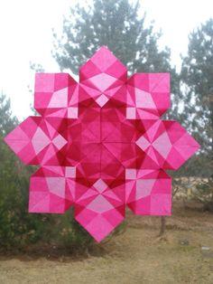 Rosa Weihnachtsdeko in Form einer Schneeflocke