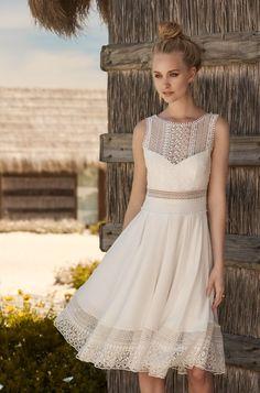 Rembo styling — Collection 2018 — White Stripe: Kurzes, loses Kleid mit leichter Faltenoptik. Top schön verarbeitet mit feiner Spitze.