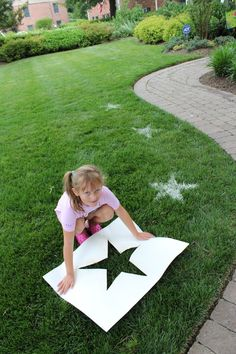 Fourth of July Crafts for Kids -- Flour Lawn Stars. Cut out star stencil, sprinkle grass with water (to make flour stick). Then sprinkle with flour. I want to do this for Memorial Day for all the walkers by the house! 4. Juli Party, 4th Of July Party, Fourth Of July, Patriotic Party, Grad Parties, Birthday Parties, Soccer Birthday, 3rd Birthday, Birthday Ideas