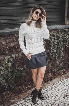 Look de Carol Tognon para o dia dos Namorados: se você gosta do conforto, este look é pra você. Blusa de frio de tricô que está super em alta para o inverno com saia de alfaiataria, outra super tendência que veio para ficar. Look relax, porém incrível, lindo, fashion e super confortável. O segredinho e truque style desse look é a bota cano curto