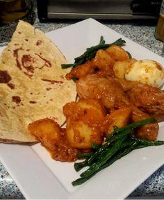 Surinaamse roti met kip, kousenband, aardappelen en eieren. Detikka masala en roti vellen zijn van het merk Rosita's, beide gehaald …