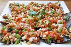 Spanish tapas: mejillones pipirrana ( a l'escabeche) mussles stuffed with peppers, onions and lemon. Spanish Salad, Party Canapes, Spanish Dinner, Best Spanish Food, Canapes Recipes, Brunch, Healthy Food To Lose Weight, Granada, Clean Eating