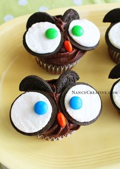 Fun school snacks. Chocolate cupcakes decorated with Oreos and M&Ms. Easy and cute!