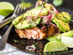 Low Carb vom Rost - Gegrillter Lachs mit Avocado-Salsa