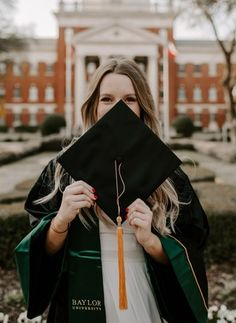 Girl Graduation Pictures, Graduation Picture Poses, College Graduation Pictures, Graduation Portraits, Graduation Photoshoot, Graduation Photography, Grad Pics, Grad Pictures, Graduation Pose