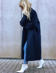 Maxi manteau bleu marine + jean + bottines blanches = le bon mix (photo Jeanette Friis Madsen)