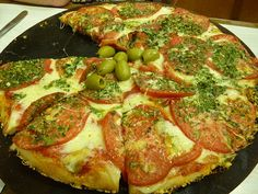 "Argentina- Pizza Argentine pizzas fall into two categories: thick crust ""pizza de molde"" and thin crust ""a la piedra (stone-cooked). Pizza Argentina, Argentine Recipes, Chilean Recipes, Good Food, Yummy Food, Yummy Yummy, Comida Latina, Latin Food, Empanadas"