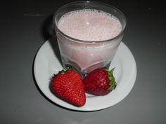 Pequenos almoços e lanches Glass Of Milk, Panna Cotta, Ethnic Recipes, Food, Strawberry Fruit, Box Lunches, Rice, Dulce De Leche, Meal
