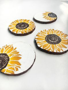This rustic sunflower coaster set contains 4 fir wood slice coasters. Each fir wood slice is between round and Diy Coasters, Wooden Coasters, Rustic Coasters, Glass Coasters, Coaster Art, Coaster Design, Diy Painting, Painting On Wood, Farmhouse Coasters