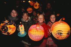Morgen, vrijdag 11 november, is het weer Sint Maarten. Kinderen dan weer met hun lampionnen langs de deuren en zingen liedjes voor snoepjes of fruit.