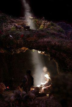 When Light came to Earth / Cuando la Luz vino a la Tierra Christmas Crib Ideas, Christmas Decorations, Christmas Cards, French Christmas, Winter Christmas, Christmas Nativity Scene, Nativity Scenes, Diorama, Pictures Of Christ