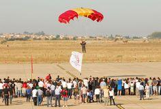 Paracaidista de la PAPEA portando la bandera del Centenario de la Aviación Militar Española