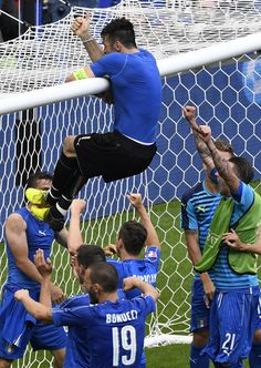 Italy's goalkeeper Gianluigi Buffon climbs to the goal's crossbar as they celebrate at the end of the Euro 2016 round of 16 football match Basketball Uniforms, Basketball Teams, Baseball Players, Football Soccer, Basketball Court, Basketball Socks, Football Is Life, World Football, Football Match
