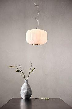 Her finner du flust av taklamper til hjemmet ditt. En ny taklampe gir en god allmennbelysning. Handle trygt på jotex.no. 5 W, Ceiling Lights, Lighting, Metal, Home Decor, Corning Glass, Dekoration, Decoration Home, Room Decor