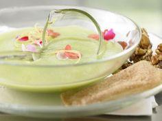 Grüne Apfelkaltschale mit frischen Blüten: Die Blätter, der Blütennektar und der Blütenstaub essbarer Blumen stecken voller Vitamine & Mineralstoffe.