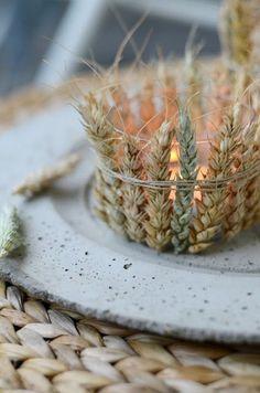 naturmaterialien für die herbstliche tischdekoration sammeln