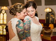 Some say you should cover your tattoos for your wedding day but we disagree. As these brides prove, tattoos can look absolutely beautiful paired with traditional and non-traditional wedding dresses. Hippe Tattoos, Paar Tattoos, Avocado Tattoo, Matching Tattoos For Lovers, Matching Tats, Sara Fabel, Bridge Tattoo, Brides With Tattoos, Tattooed Brides