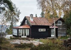 Ett fantastiskt byggprojekt som resulterat i högsta mysfaktor! Scandinavian Cottage, Swedish Cottage, Swedish House, Future House, Barn Renovation, Tiny House Cabin, Nordic Home, Cabins And Cottages, Black House