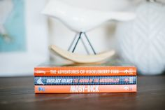 Who says books can't make fun nursery decor? These darling @babylitbooks are such a fun accent in this modern nursery!