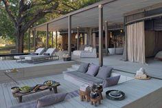 Luxus Lodge in Afrika-Holzdeck mit Liegen und Daybeds-Kaffeetische und Deko