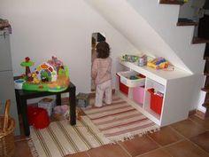 aménagement d'un coin enfant dans salon sous escalier