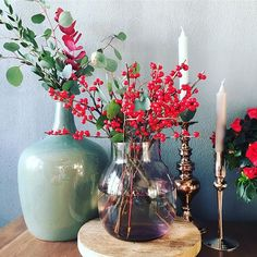 Kerstrood, grijs, koper en groen. Zo'n warme kleurencombinatie • • • #ilex #eucalyptus #azalea #koper #groen #grijs #rood #kerst #christmas #interieurstyling #interieur #wonen #woonblog #interieurblog #interiordesign #interior #christmas #bloemstylist #groenstylist