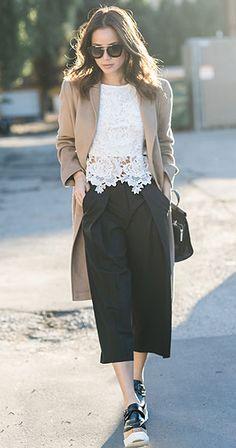 กางเกง Culottes สีดำ Aritzia, เสื้อลายลูกไม้ สีขาว Storets, เสี้อโค้ท Max Mara, กระเป๋า Kate Spade Saturday