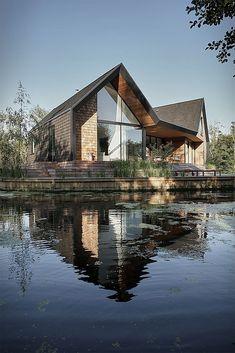 Tolles englisches Haus direkt am Wasser. Mit Holz- und Glasfassade.