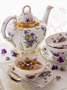 Violets and Tea / Luján Fraix