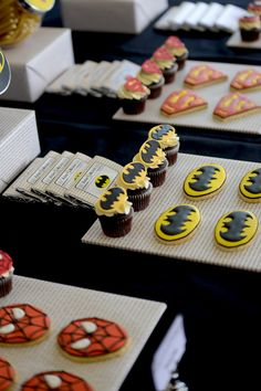 Batman Cupcakes {Superhero Party} / Amy Atlas