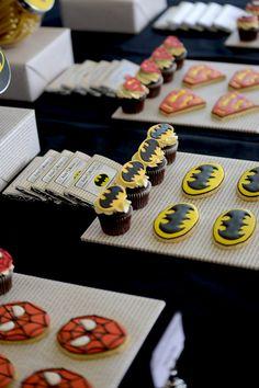 Batman Cupcakes {Superhero Party} / Amy Atlas