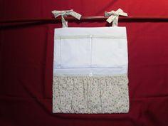 Porta fraldas com 1 bolsa floral grande e 2 bolsas menores. Porta fraldas de pendurar no varão ou no berço com lacinhos de amarrar.  Diaper pocket organizer.