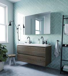 Ben Vario wastafelmeubelset sepia eiken Met de donker eiken kleur van deze wastafelmeubelset kan je alle kanten op. Door de rechthoekige en simplistische afwerking past hij erg mooi in de stijlvolle, moderne badkamer. Ook past deze wastafelmeubelset erg mooi in een industriële badkamer door de donkere, robuuste kleur. Het meubel beschikt over lades met een soft-close systeem. Dit houdt in dat de lades geruisloos en geleidelijk sluiten in plaats van dichtklappen. Hierdoor voorkom je bovendien… Bathroom Inspiration, Double Vanity, Home Improvement, New Homes, Mirror, Acacia, Denver, Interior, Dan