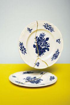 Kintsugi é uma antiga arte japonesa de reparar ou fixar cerâmica quebrada com resina laca misturada com ouro em pó, prata ou platina.