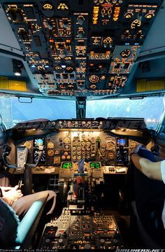 Cockpit of the Boeing in its 300 variant. There is no plane in the world that its … - Aircraft design Jet Privé, Photo Avion, Boeing Aircraft, Boeing 737 Cockpit, Passenger Aircraft, Boeing 777, Airline Pilot, Commercial Aircraft, Commercial Plane