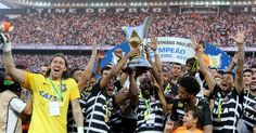 Corinthians levantou a taça de campeão brasileiro após derrotar o São Paulo. A parte curiosa da comemoração foi protagonizada pelo presidente Roberto de Andrade, que levantou o troféu antes de Ralf, que havia sido o escolhido de Tite para a festa.