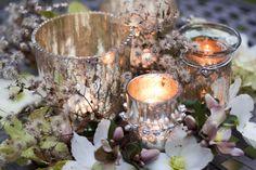 Advent art: Christmas roses with silver lanterns | Adventskunst: Christrosen mit silbernen Windlichtern | moodforstyle.de